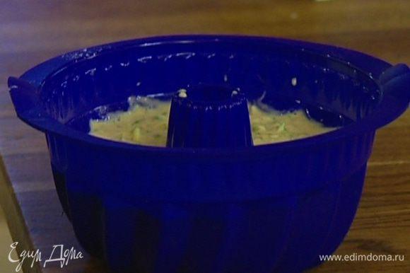 Выложить тесто в форму, смазанную сливочным маслом, и выпекать пирог в разогретой духовке 45–55 минут. При необходимости накрыть фольгой, чтобы пирог не сгорел.