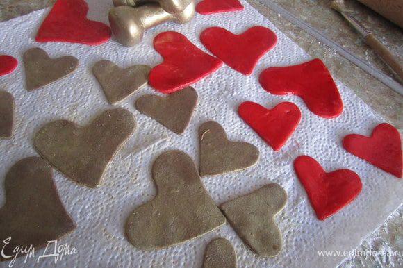 И красные сердечки из мастики из маршмелоу.