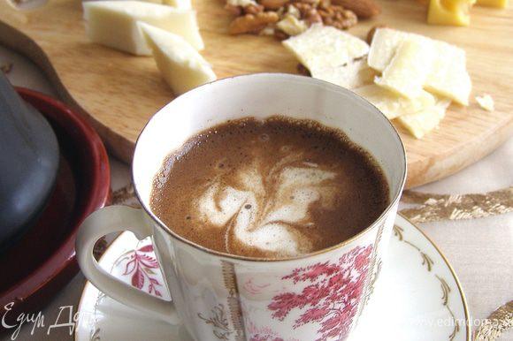 Молотый кофе с добавлением сахара залить кипятком, довести до кипения и разлить по чашкам. Влить ликёр и украсить взбитыми сливками.