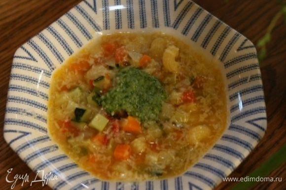 Всыпать макароны, посолить и варить суп до готовности макарон. Разлить по тарелкам, добавить в каждую по 1 ч. ложке песто, поперчить, присыпать пармезаном.