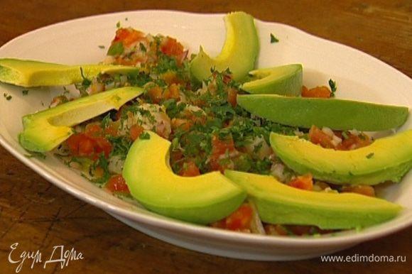 Выложить севиче на блюдо, присыпать кинзой, разложить сверху кусочки авокадо.