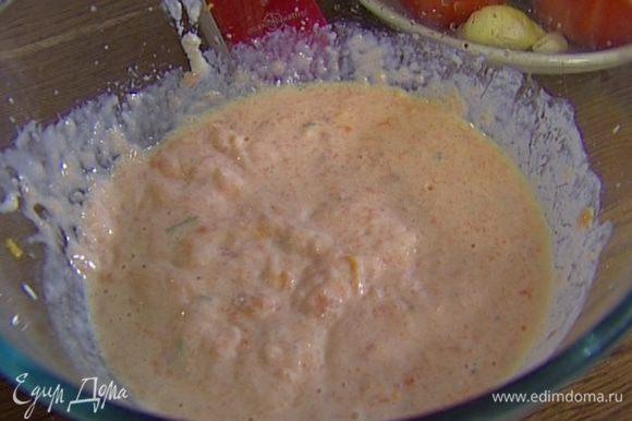Семгу нарезать крупными кубиками, добавить сок апельсина и лайма, по 1 ч. ложке цедры лайма и апельсина, оставшиеся сливки и яйца, посолить и поперчить. Взбить все в блендере.