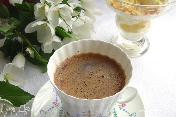 Сахар и ложечки подавать к кофе не нужно, а вот стакан с прохладной водой очень даже желателен.
