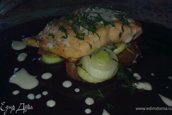 На тарелку сначала выложить овощи,а сверху рыбу.Полить все соусом(для цезаря) украсить зеленью.Приятного аппетита)