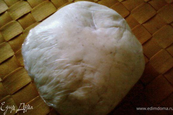 Добавить 1 яйцо,молоко,хорошо замесить тесто,придать ему форму шара,завернуть в пленку и охладить в течении 30 минут.