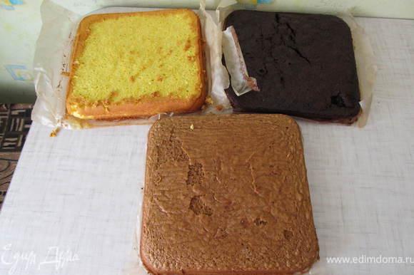 Выпечь 2 бисквита. Миксером взбить яйца с сахаром до увеличения обьема в 2-3 раза, всыпать муку и перемешать деревяной лопаткой (так как от миксера плохо подыметса бисквит). Другой бисквит взбиваем точно также+какао. Выпекаем при температуре 180 гр до чистой зубочистки. Дно емкости обезательно застелить пекарской бумагой.