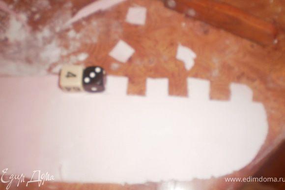 При помощи двух кубиков вырезаем зубцы на крепостную стену.