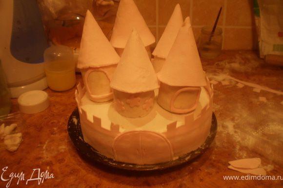 Собираем торт. Сверху ставим башенки, их накрываем крышами.