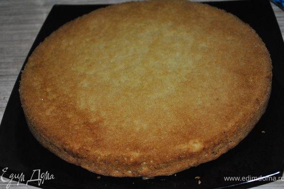 В масляный крем частями вводить белки и все время взбивать. На остывший корж надеть кольцо для торта, вылить суфле, поставить в холодильник на 2 часа.