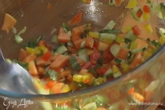 Добавить в салат оливковое масло, сок и цедру лаймов, соль и перец по вкусу. Все тщательно перемешать.