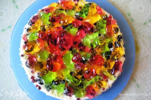 Застывший торт выложить на блюдо и украсить разноцветным желе: выложить его сверху на торт ложкой-получается Живой тортик)))