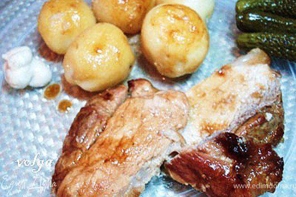 Подавать с варено-обжаренным картофелем, солеными огурцами и хреном.