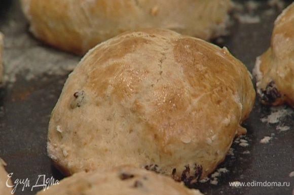 Готовые булочки присыпать сахарной пудрой.