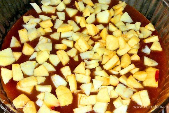 Берем жаропрочную форму,22-23см.Выливаем в форму карамель,на карамель ложим порезанное мелкими кубиками и очищенное яблоко.