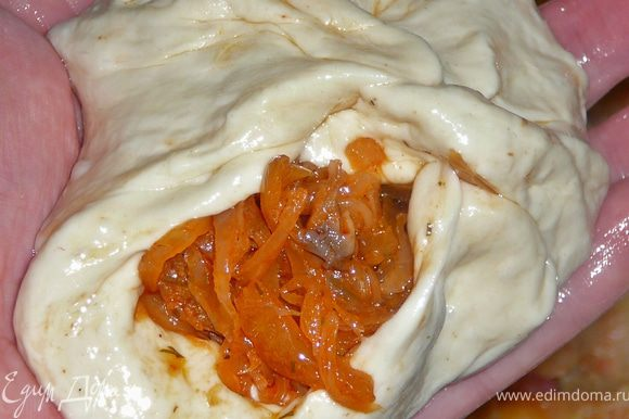 В хорошо накаленную сковороду наливаем растительное масло,примерно 300гр.(остальные 100 оставим на долив),вообщем на два пальца по высоте.На разделочную доску,наливаем тоже масло,примерно 1ст.л.,руки хорошо-хорошо намазываем растительным маслом,ну так чтоб аж капало масло.От теста отщипываем кусочек теста,размером чуть меньше яйца.Руками осторожно растягиваем тесто,делая лепешку(особо не усердствуйте,тесто очень мягкое может порваться)выкладываем начинку,защипляем края ,присобрав их,чуть закручивая.