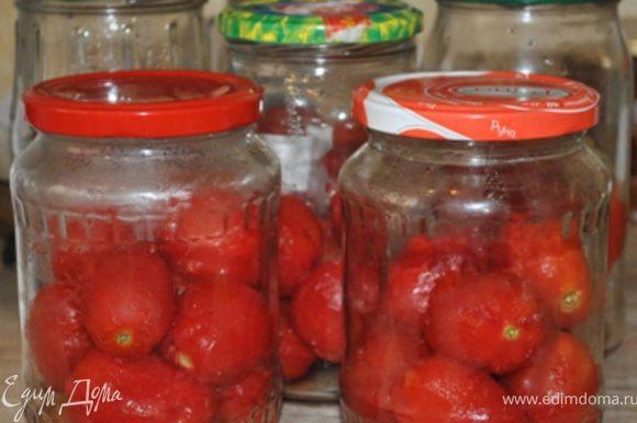 С помидоров снять кожицу, уложить на 2/3 в сухие стерильные банки. Залить кипящим томатом. Герметично закрыть. Укутать в одеяло до полного остывания.