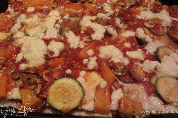 Переложить овощную массув 2.5 литровую форму для лазаньи. Затем листы лазаньи. Полить половиной сырного соуса. Повторить. Для завершения посыпать сыром.Выпекать при 180 градусах около 35-40 мин. до образования золотистой корочки.