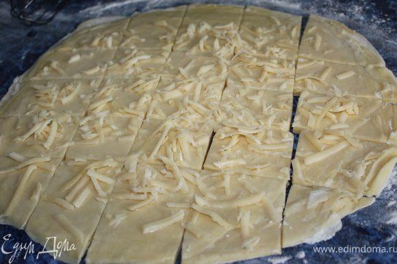 Смазать взбитым белком, посыпать солью и сыром. Нарезать на квадратики.