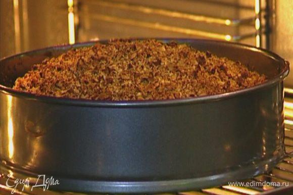 Выпекать пирог в разогретой духовке 35−40 минут.