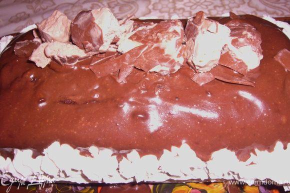 Вытащить из морозилки торт.Вытащить его из формы ,освободить от плёнки и покрыть сверху растопленным шоколадом. По бокам украсить сливками из балончика.Сверху украсить по желанию(я уложила мороженое эскимо(кусочками)