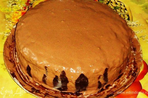 Тем временем приготовим белковую глазурь: -белки тщательно взбить с лимонной кислотой и сахарной пудрой (её не жалейте, пена должна получиться густой!); -добавьте какао и снова взбейте; -добавьте мягкое сливочное масло и опять взбейте. Охлаждённый торт полейте белковой глазурью.