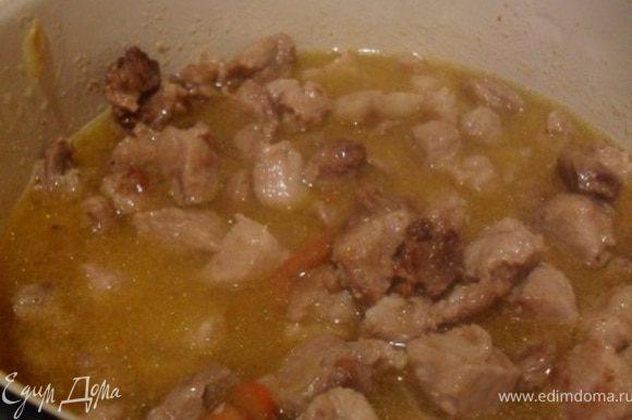 Мясо порезать кубиками, обжарить в небольшом кол-ве масла до золотистой корочки.В отдельной кастрюле спассировать мелко порезанный лук и чеснок.Выложить в кастрюлю обжаренное мясо, влить вино,бульон, добавить паприку, корицу, тимьян, порезанный кубиком помидор.Готовить мясо под крышкой на среднем огне 45-50 минут.
