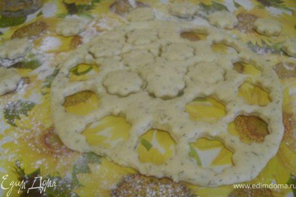 Раскатать тесто в пласт толщиной 1-1,5 см., вырезать формочкой кружочки(можно цветочки).