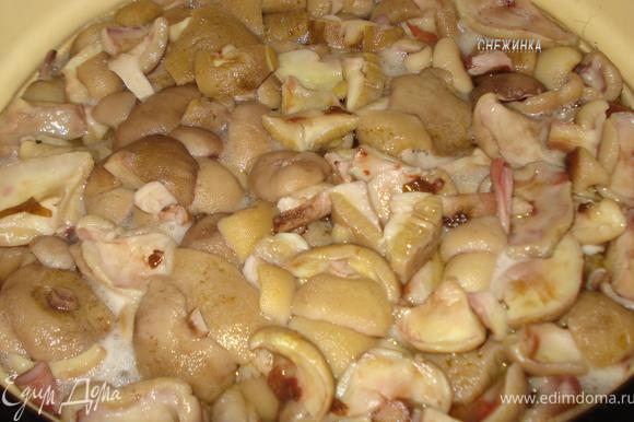 Затем варим грибы около 1 часа с добавлением соли (по вкусу) и лимонки (на кончике ножа). Грибы готовы, когда они опустятся на дно, осядут. Вобщем, как обычно варим, как если бы вы их есть собирались сейчас.