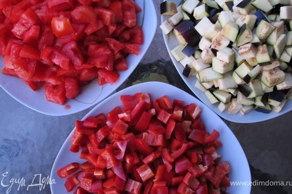 Баклажаны и перец режем кубиками, помидоры разрезаем на сектора, избавляемся от семян и сока. Режем также на кубики.