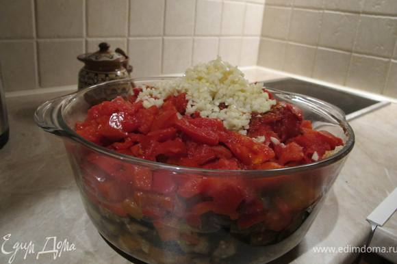 Добавляем мелко-мелко порезанный чеснок и перемешиваем. Ставим кастрюльку на огонь и тушим овощи минут 5.