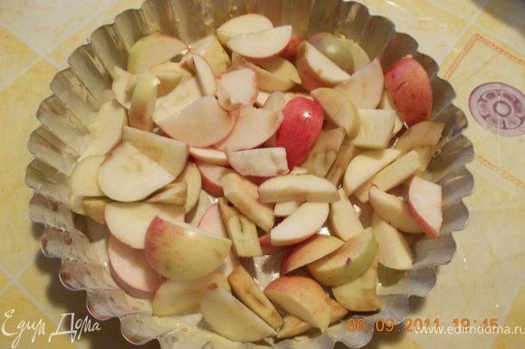 смазываем форму маслом, режем в неё яблоки