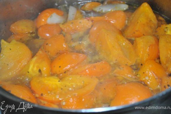 Высыпать в кастрюлю подготовленные помидоры, лук и перец, добавить воду и варить 30 минут. Затем пробить всю массу блендером.