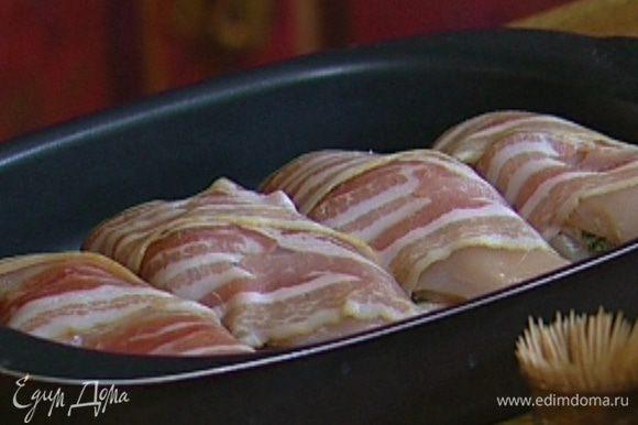 Уложить грудки в небольшой глубокий противень плотно друг к другу и запекать в разогретой духовке 30 минут.