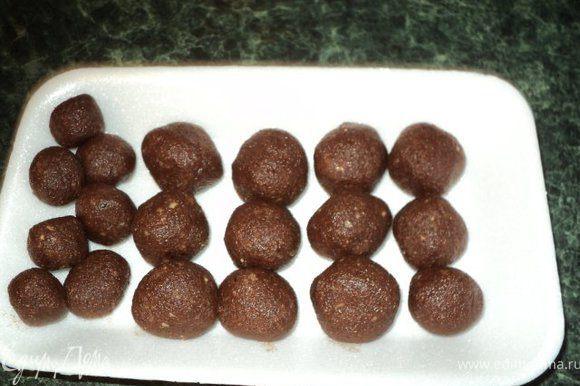 Затем скатать шарики, и снова поставить в холодильник, пока готовится основа и суфле.