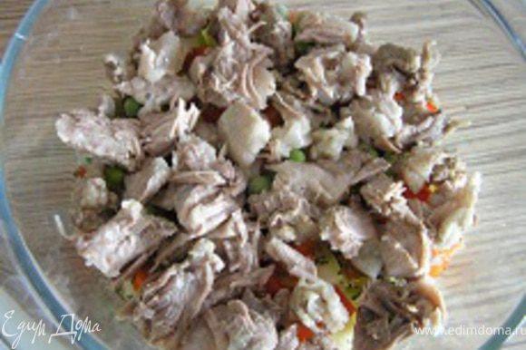 Свинину нарезать на кусочки, выложить поверх овощей.
