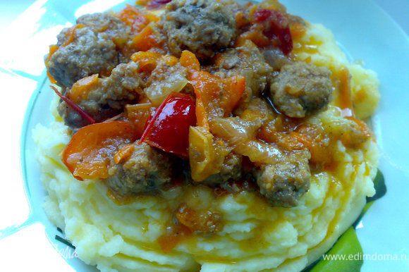 Готовый мясной соус подаем с картофельным пюре!