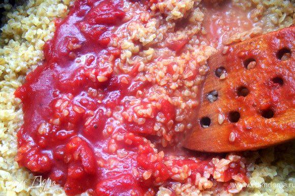 Минут через 7-10 добавить томаты, перемешать, еще немного выпарить жидкость.