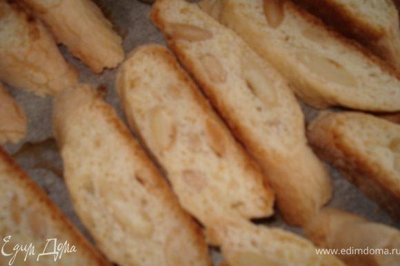Подождать когда колбаски немного остынут и порезать их наискось толщиной в 1 см. И разложить на противень стороной разреза к верху и поставить опять в духовку на 10 мин, пока кантучини не станут золотистого цвета.