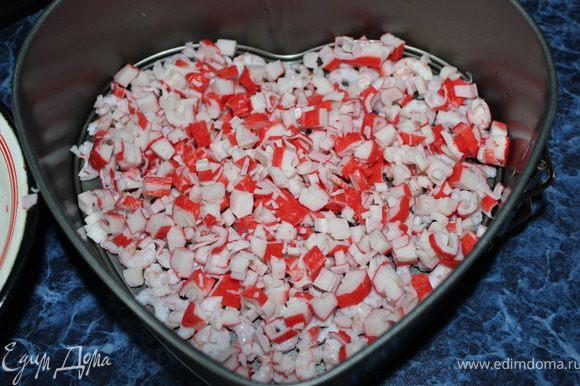 Начинаем собирать наш слоеный Заливной Салатик: (Для этого подойдёт обычная форма для выпечки, разъемная, у меня в виде сердца.) Выкладываем на дно креветки с крабовыми палочками. P.S. Несколько креветочек оставьте для украшения.