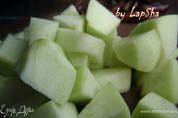 Яблоки нарезать на средние кубики.