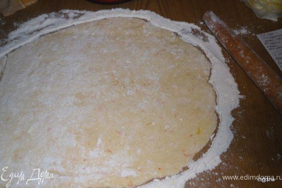 С апельсина стереть цедру и выжать сок. Муку смешать с разрыхлителем, ванилином и цедрой. В отдельной миске смешать масло, сметану, яйца.Всыпать муку и замесить тесто, постепенно подливая сок. Скатать тесто в шар и убрать минут на 30 в холодильник. Раскатать тесто в пласт толщиною около 1 см.