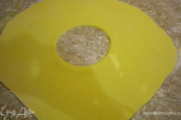 Раскатать желтую мастику. Вырезать по серединке круг.
