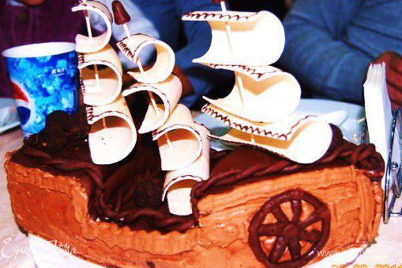 Еще украсила торт пушечными ядрами, сделала их в виде маленьких, круглых конфет из коллекции Вениамина http://www.edimdoma.ru/recipes/22500.