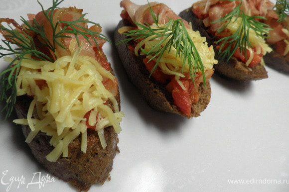 На чесночные гренки выкладываем помидоры,приправить по вкусу специями. Бекон нарезать на полоски и выложить на помидоры с одной стороны,с другой посыпаем натёртым сыром. Приятного аппетита!