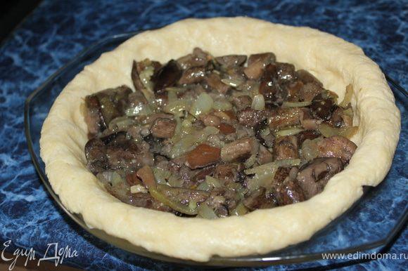 Внутрь пирога выкладываем жареные грибочки.