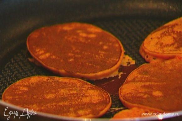 Разогреть в сковороде оливковое масло и испечь блинчики любого размера.