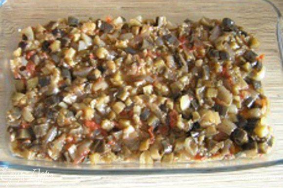 Форму для запекания смазать маслом, выложить первый слой листов лазаньи, затем половину начинки,
