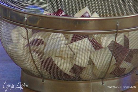 Баклажаны промыть от соли, просушить бумажным полотенцем.