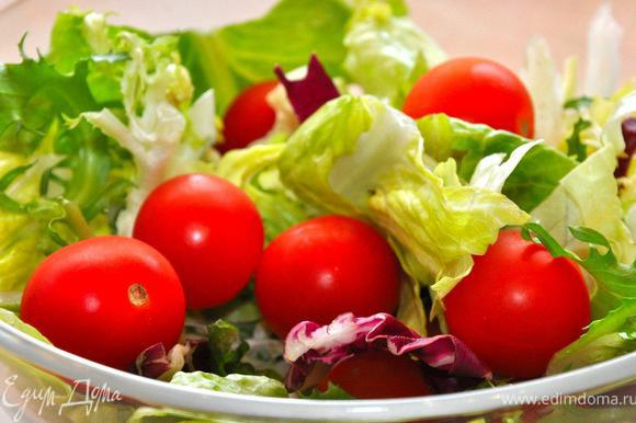 Отличным дополнением к нашему домашнему пикнику будет свежий салат с острой заправкой. Порвем в салатник 3-4 вида листового салата, добавим сладких помидор, кольца красного репчатого лука, мелко нарубленный перец чили. Щепотка соли и черного перца, оливковое масло холодного отжима и бальзамический уксус. Тщательно перемешаем и свежий острый салат готов, один его аромат возбуждает аппетит перед предстоящей трапезой.