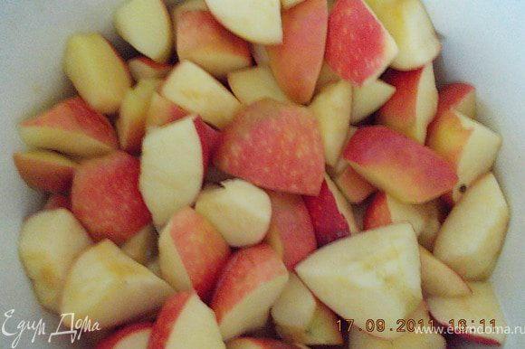 яблоки освободить от сердцевины и разрезать на 4 части